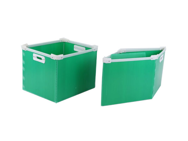 Cellular PP boxes with foldable stacking corners